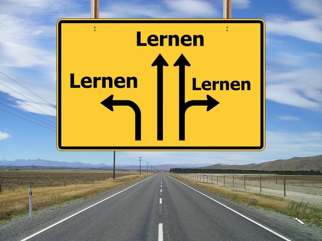 道路標識にlernenと書いてある画像